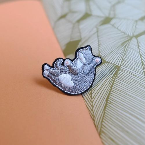 藍白貓 刺繡 胸針 襟針