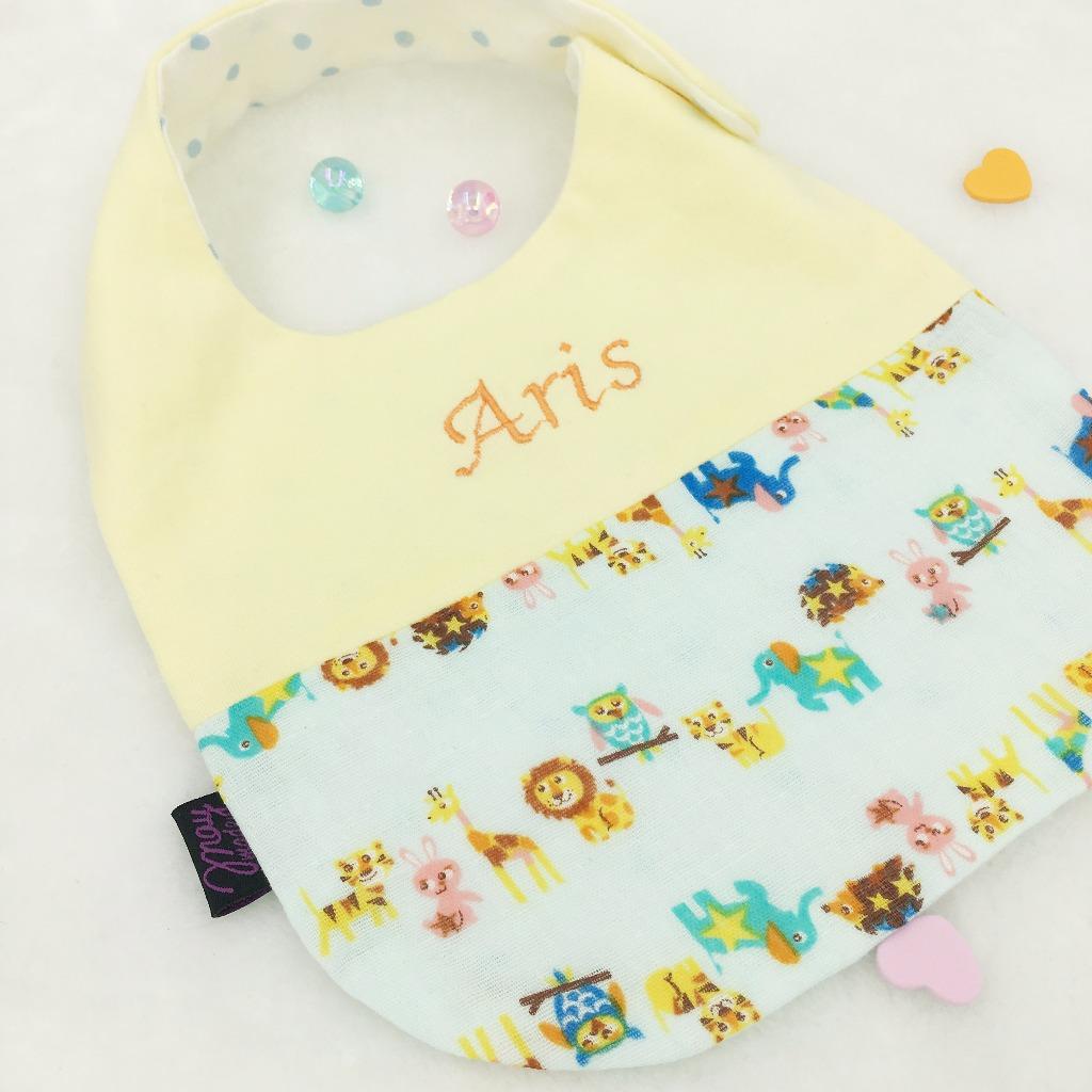 「伴兒」刺繡名字動物園口水肩/圍兜 彌月禮物-黃色純棉布配湖水綠動物園二重紗