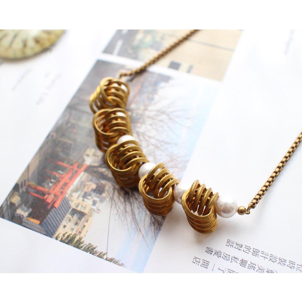 Fuchia-復古捲捲-貝珠 黃銅項鍊