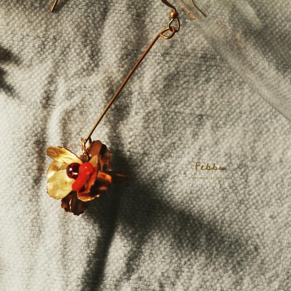 Febbi繡球花黃銅耳環