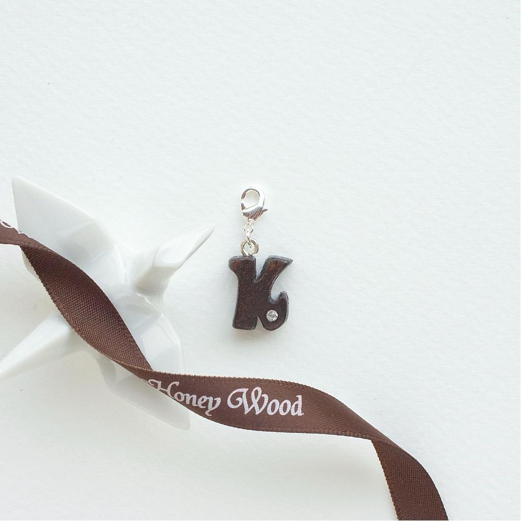【Honeywood】木製吊飾 》》英文字母@K。吊飾