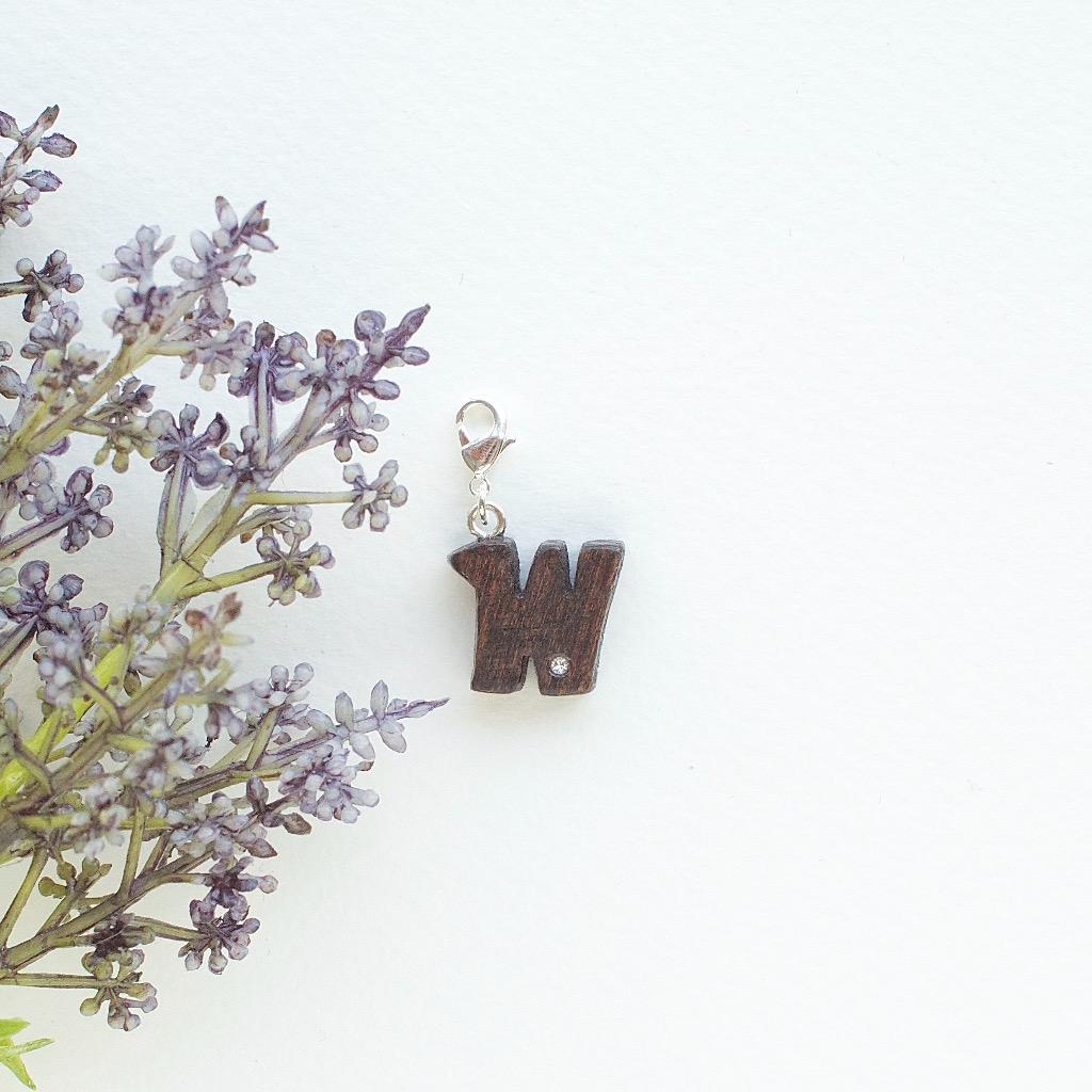 【Honeywood】木製吊飾 》》英文字母@W。吊飾