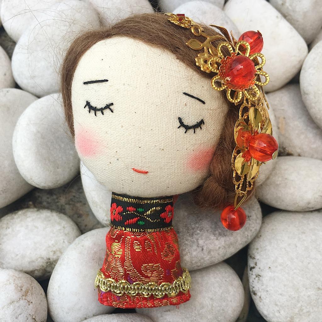 手作胸针- 穿传统结婚服饰的小姐