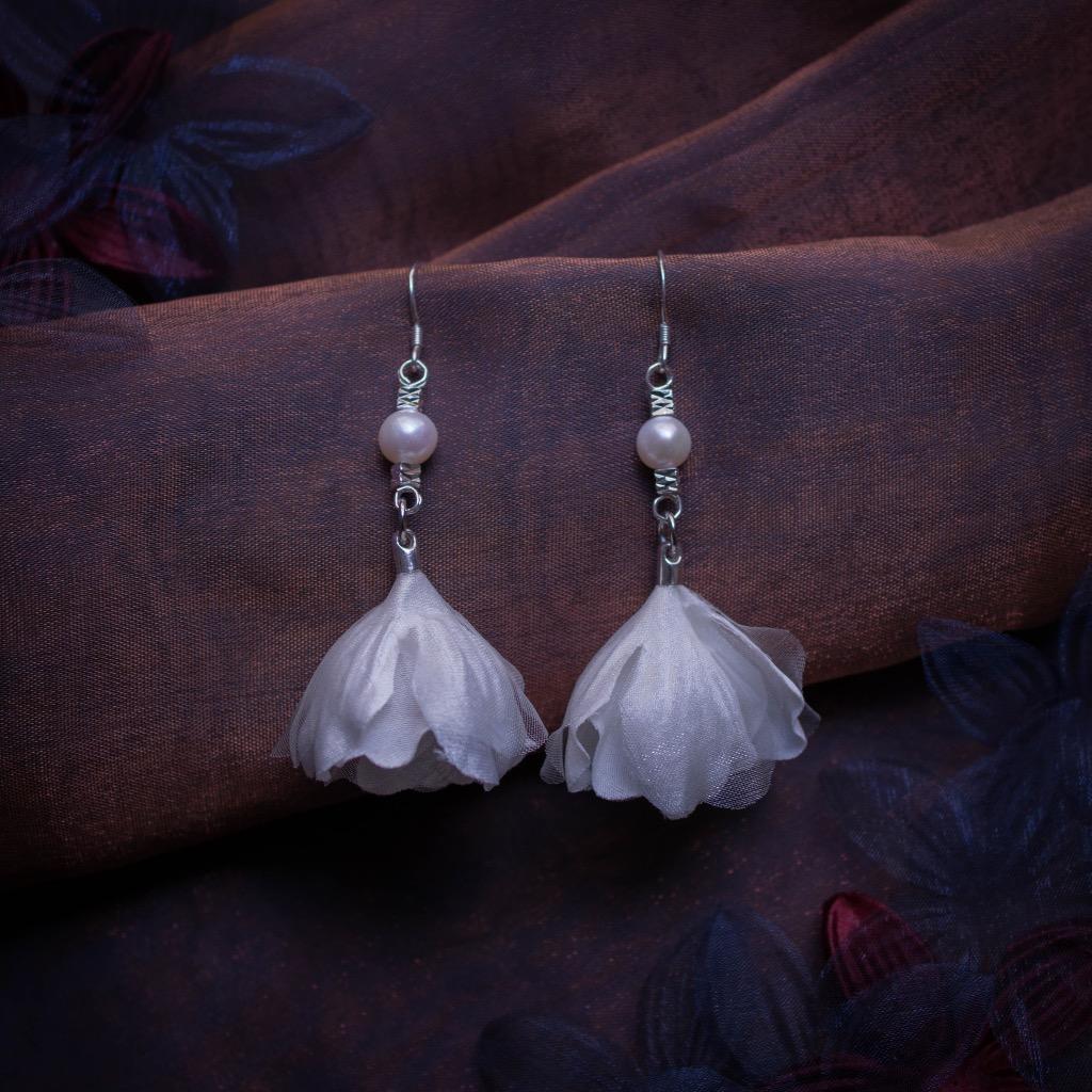 Limnatides 氣質閃色緞淡水珍珠紗花垂墜耳環