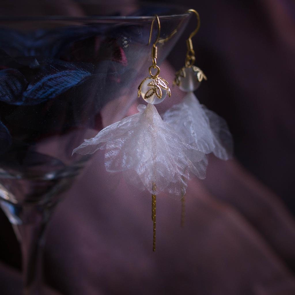 Aegle 鑲金月閃石薄紗葉片細鏈垂耳環