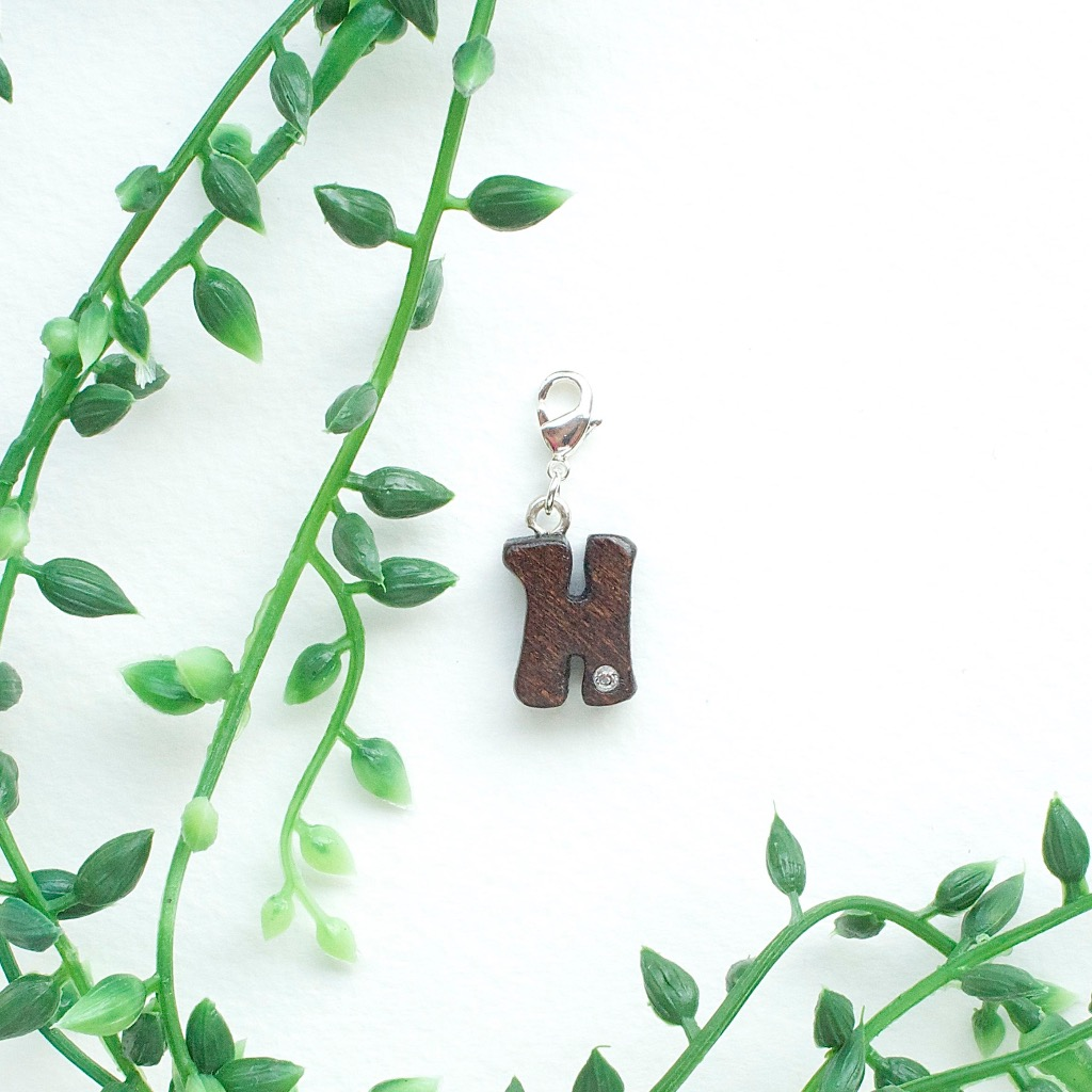 【Honeywood】木製吊飾 》》英文字母@H。吊飾