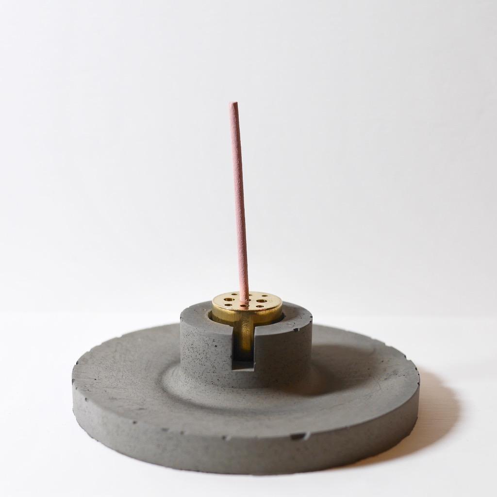 水泥x黃銅 線香座 | 圓盤 | 深灰