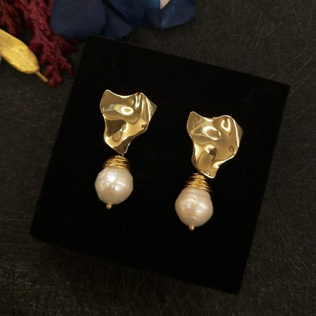 【18K包金 / 輕奢華系列】不規則藝術金屬水滴珍珠耳針耳環