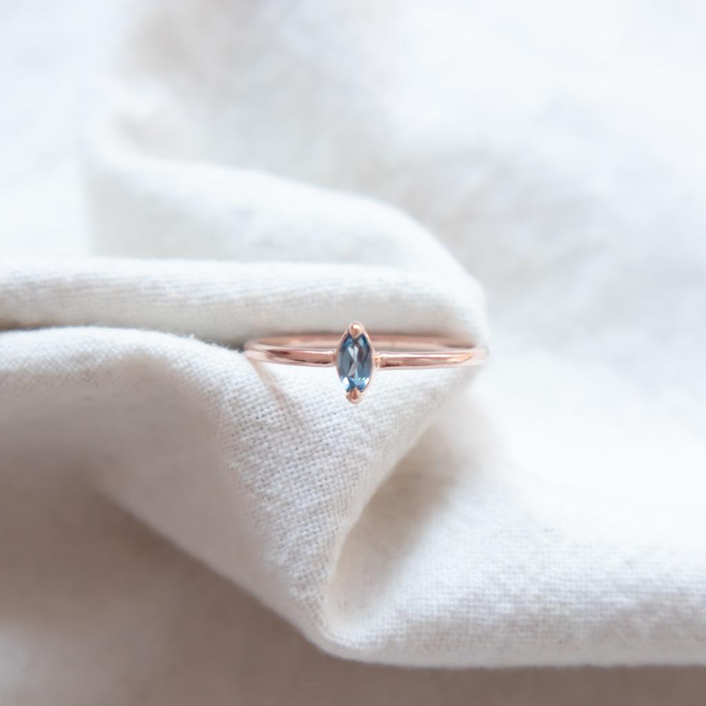 [433 Studio]925 純銀小馬眼倫敦藍托帕戒指