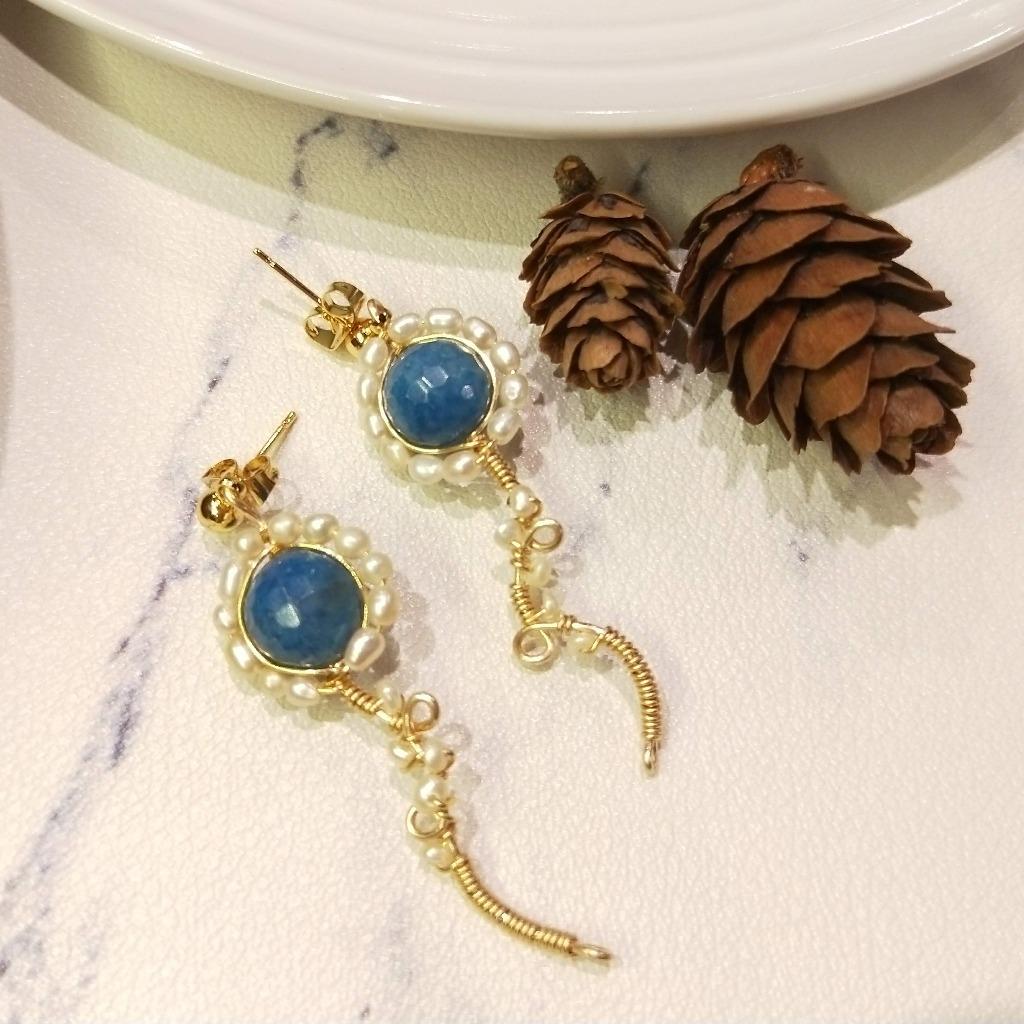 【18K包金 / 輕奢華系列】切割面青金石*珍珠金屬繞線18K包金耳環