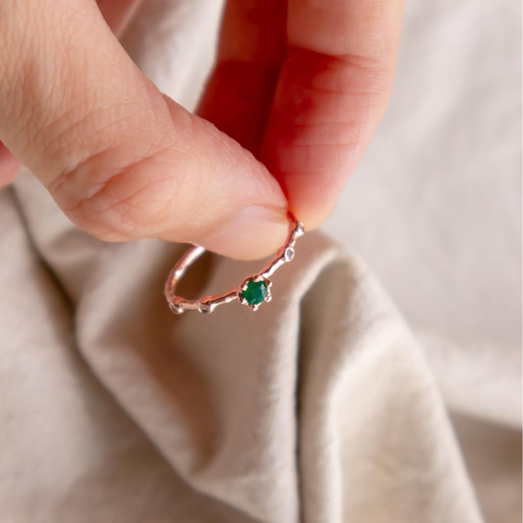 [433 Studio] 925 silver 六爪圓形綠瑪瑙 + 小圓彩虹月亮石戒指